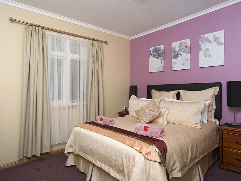 hahndorf holiday accommodation oak villa queen size bedroom